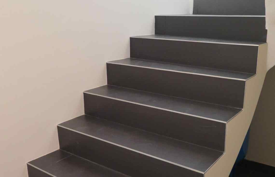 Carrelage Escalier Grand formats réalisé par Luco & Bataller à Cesson-Sévigné